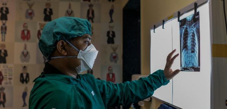 Uno de nuestros médicos interpreta la radiografía de tórax de una niña de 6 años con tuberculosis multirresistente en Mumbai, India. Marzo de 2021
