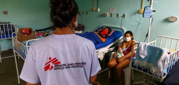 Una de nuestras promotoras de salud visita el hospital regional de Tefé para explicar los pasos que deben tomar los pacientes y cuidadores para evitar el contagio de COVID-19. Diciembre de 2020