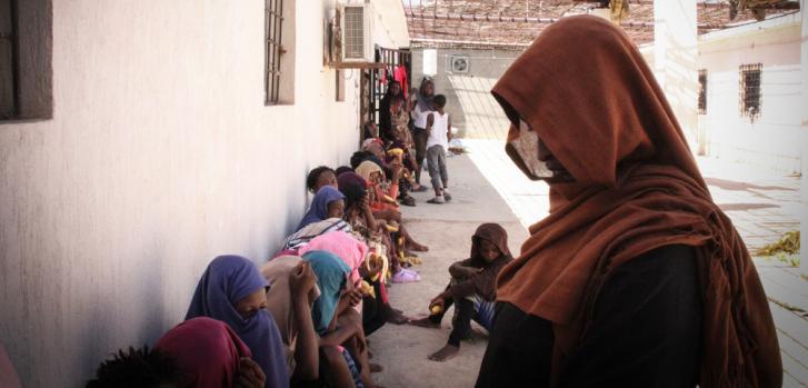 Refugiados y migrantes en centros de detención en Libia