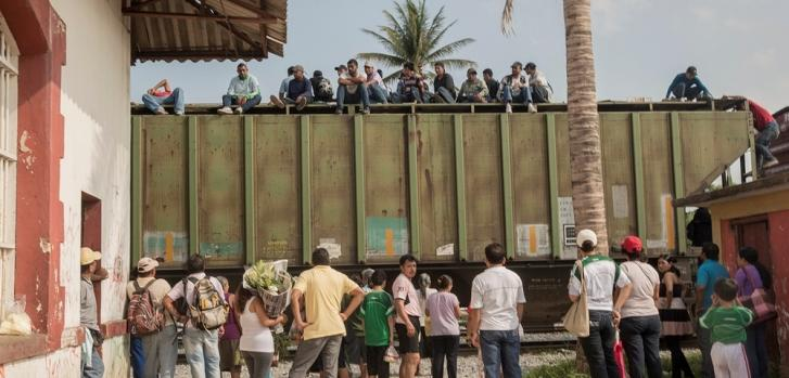 Cada pocos días, llega un tren a Ixtepec, México, con cientos de migrantes. Esperan horas (o días) y luego continúan.