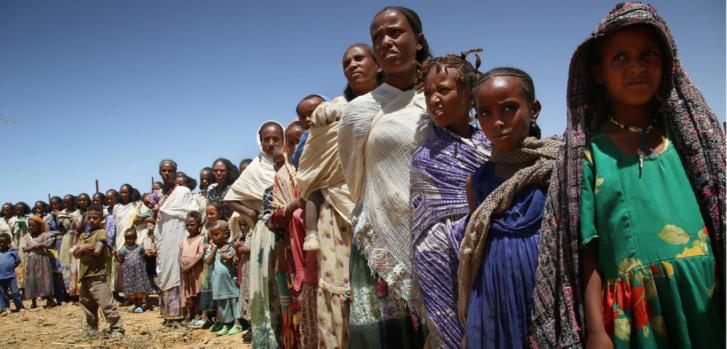 Mujeres, niños y niñas haciendo fila para esperar una consulta médica durante una clínica móvil en Adiftaw, una aldea en la región de Tigray, al norte de Etiopía. Marzo de 2021