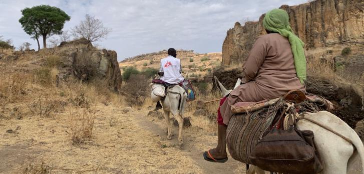 Nuestro equipo se dirige a la aldea de Dilli para entregar suministros médicos a través de las montañas Jebel Marra, en la región de Darfur. Sudán, abril de 2021