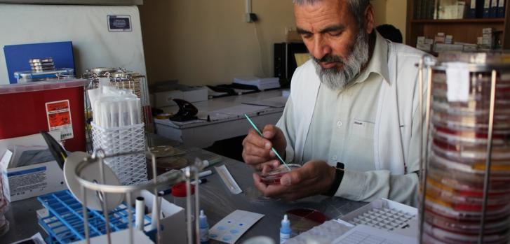 Especialista en microbiología realiza estudio de resistencia a los antibióticos.