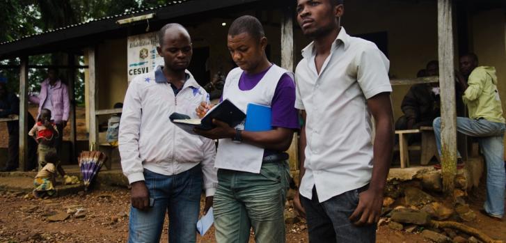 Parte de nuestro equipo junto al personal del centro de salud de Biakato, República Democrática del Congo, en 2016.