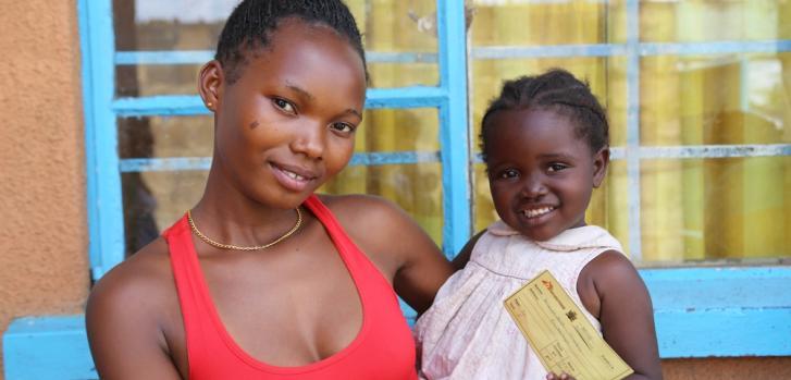 Fotografía de Mathilda y su hija Edna en Lusaka, capital de Zambia, durante la mayor campaña de vacunación contra el cólera realizada en la historia.