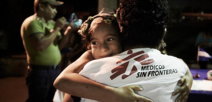Una niña abraza a una trabajadora social de Médicos Sin Fronteras. Es una de las tantas personas que migran desde Centroamérica hacia México con intención de llegar a Estados Unidos, refugiados centromericanos. ©Christina Simons/MSF