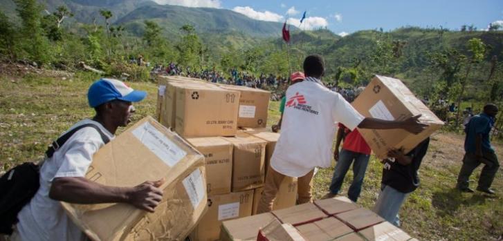 Logista de Médicos Sin Fronteras y miembros de la comunidad de Bollosse en plena distribución de ayuda en las áreas más remotas de Jérémie y Cayes, Haití, enero de 2017 ©Jeanty Junior Augustin