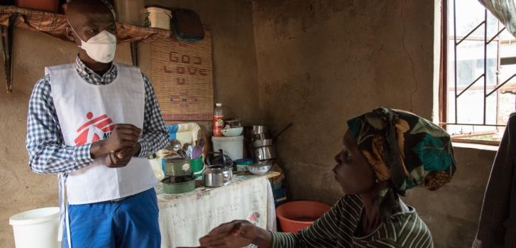 Celumusa Hlatswako, consejero móvil de MSF, visita a Winile de 39 años, paciente con tuberculosis multiresistente a medicamentos y VIH-positivo.