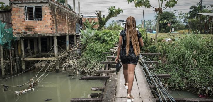 Gisela Díaz vive en un barrio de Buenaventura y es víctima de desplazamiento forzado y violencia sexual.