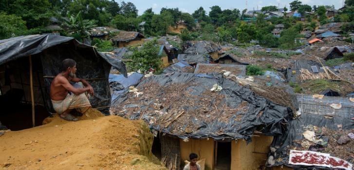 Un hombre observa el campo improvisado de Kutupalong, uno de los principales asentamientos preexistentes en donde algunos de los 500,000 rohingyas recién llegados han buscado refugio. ©Antonio Faccilongo