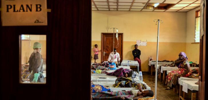 Los equipos de MSF están respondiendo en unas 30 unidades y centros de tratamiento en 9 de las provincias afectadas, con tratamiento y centros de rehidratación, donaciones, consciencia comunitaria, actividades de agua y saneamiento y vacunaciones. ©Arjun