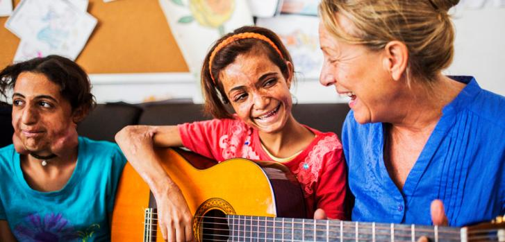 Manal es paciente en nuestro hospital de cirugía reconstructiva en Amman, Jordania. Los lunes, cuando Isabel, la profesora de música, viene a tocar música con los pacientes más jóvenes, a Manal le encanta tocar la guitarra. ©Alessio Mamo