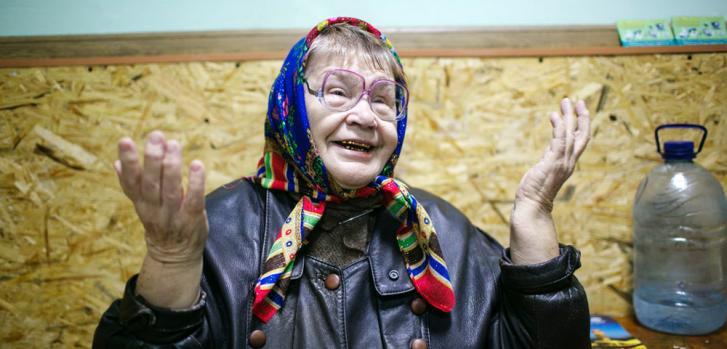Valentina, 75 años, en la clínica móvil de Mariupol.