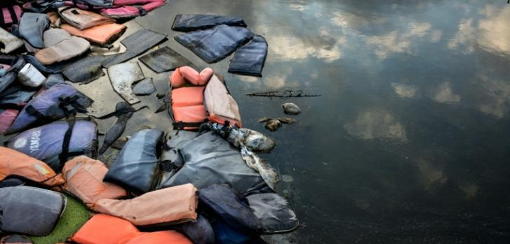 Mayo de 2018, Lesbos, Grecia: Miles de chalecos salvavidas que fueron dejados atrás por los migrantes, en un basurero de la isla de Lesbos.