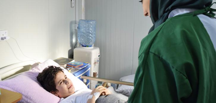 Ali, 12 años, en sesión de apoyo psicológico. Ingresó con una fractura pero está aislado por presentar resistencia a los antibióticos.