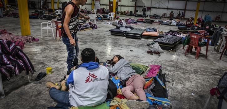 Migrantes conversan con un psicólogo de Médicos Sin Fronteras en el pabellón de deportes de Piedras Negras, localidad mexicana en la frontera con EEUU. Febrero de 2019.