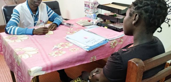Trabajador de Médicos Sin Fronteras asistiendo a una paciente en el proyecto contra la violencia sexual, en el Hospital Comunitario de Bangui, en República Centroafricana.