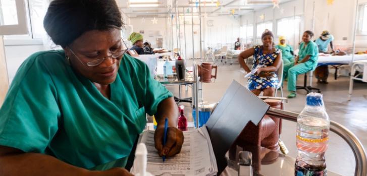 Mary Kainesia, una enfermera en la sala de alimentación terapéutica, es originaria de Sierra Leona y ha trabajado para MSF por más de 15 años.