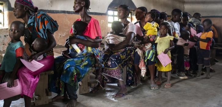 Familias esperando la vacuna contra el sarampión en el área de salud de Etebe, en República Democrática del Congo.
