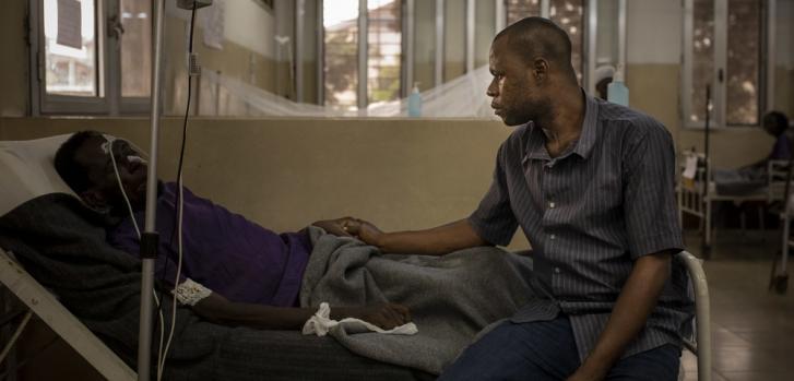 Retrato de John y Jean en el Centro Hospitalario de Kabinda, en Kinshasa (República Democrática del Congo). Jean fue diagnosticado con VIH en 2010 y fue hospitalizado en junio de 2019 por primera vez en este centro. Unas semanas después de recibir el alta