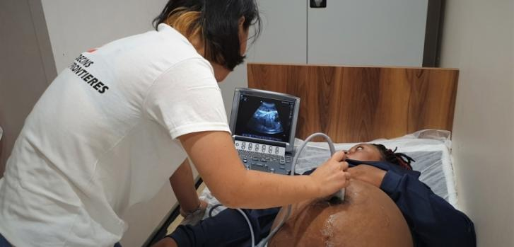 Marina, la partera de Médicos Sin Fronteras a bordo del Ocean Viking, realizando un ultrasonido en una mujer con 9 meses de embarazo.