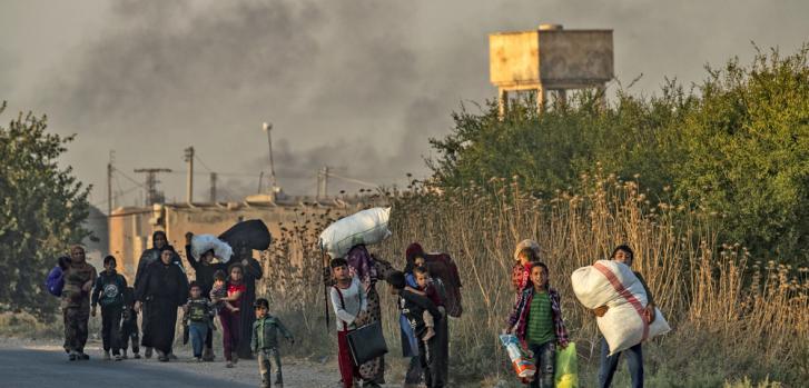 La población civil huye de Ras al-Ain tras bombardeo turco en Siria.