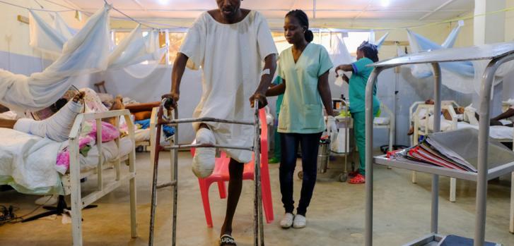 A Damien le tuvieron amputar la parte inferior de su pierna derecha. En la imagen, realiza ejercicios de fisioterapia con su andador en el Hospital Regional Maroua.