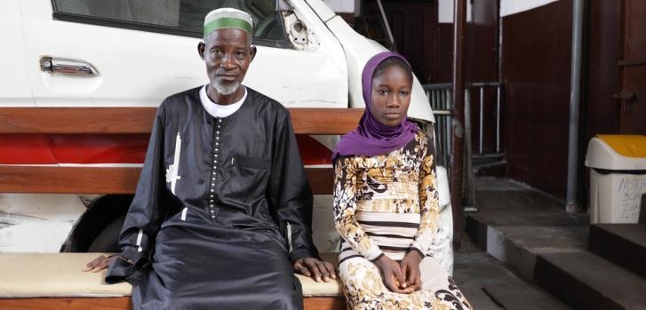 Abraham llevó a su hija Sidie de 10 años a la clínica en el municipio de West Point de Monrovia, Liberia, para una consulta de epilepsia a través de nuestro programa.