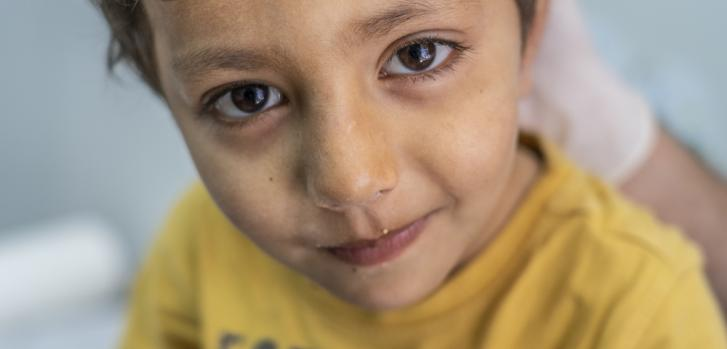 Sahel, de 4 años, tiene un resfrío y una reciente lesión en la cabeza. Es atendido en la clínica de Médicos Sin Fronteras en las afueras del campo de Moria en Lesbos, Grecia. Hay 20.000 personas viviendo en el campo y sus alrededores, con más de 7.000 niñ