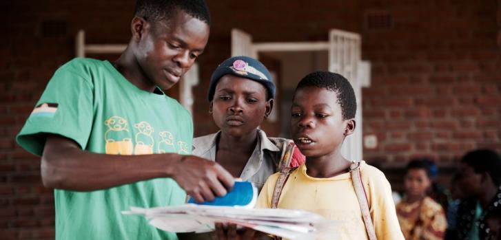 Los jóvenes que viven con VIH/sida necesitan un espacio seguro y dedicado para debatir, recibir seguimiento y tratar su enfermedad, protegidos de la discriminación y estigmatización. Foto tomada en Malaui antes de que el COVID-19 se extienda por África.
