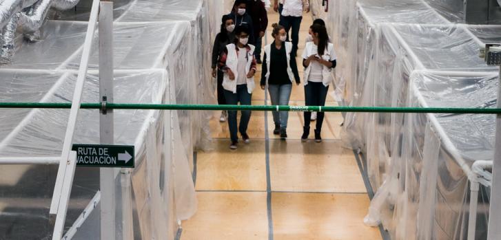 Personal de Médicos Sin Fronteras se familiariza con el circuito que seguirán pacientes y sanitarios en el estadio de baloncesto del equipo local, Los Zonkeys.