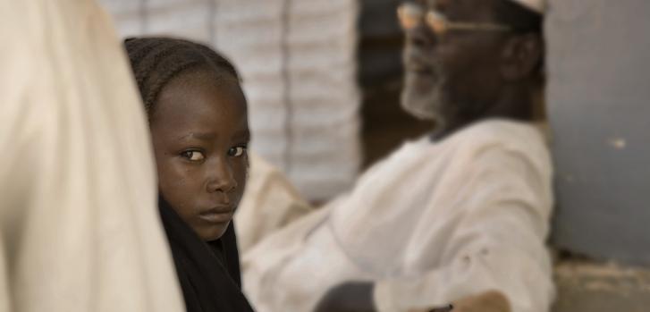 Una niña espera una consulta médica en el centro de salud apoyado por MSF en la ciudad de Tawila, en el estado de Darfur del Norte, Sudán. Foto: 2010