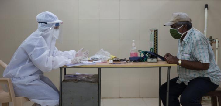 La doctora Sharanya Ramakrishna revisa a un paciente en la sala de consulta del centro de salud COVID-19 en el hospital Pandit Madan Mohan Malviya Shatabdi ubicado en el distrito Govandi M East de Mumbai, India.