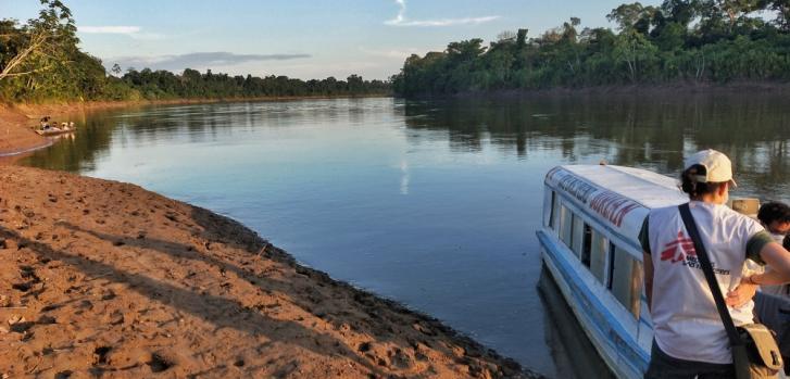 El equipo de Médicos Sin Fronteras (MSF) se prepara para pasar la noche en Caballito, en la región de la Amazonia Peruana.