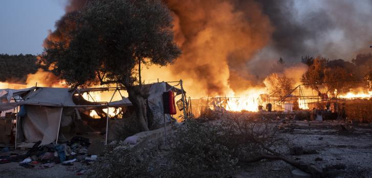 El campo de refugiados de Moria en la isla de Lesbos, Grecia, se quemó hasta los cimientos tras varios incendios que comenzaron la noche del 8 de septiembre de 2020 y se extiendieron hasta el día siguiente.