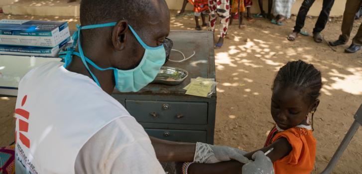 Una niña recibiendo la vacuna contra el sarampión en Boureim Inaly, uno de los lugares de vacunación en Tombuctú, Mali.