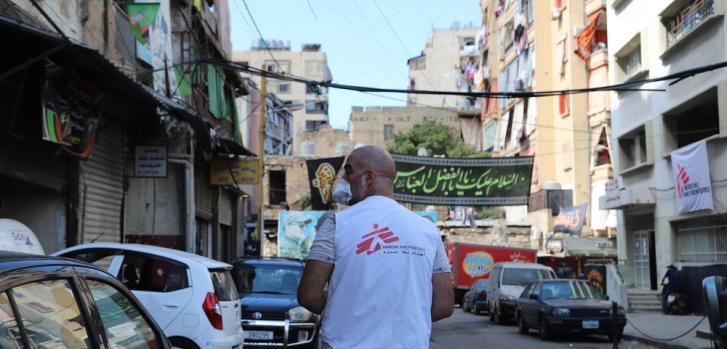 Trabajador de Médicos Sin Fronteras recorre las calles de Beirut, Líbano, a dos meses de la explosión.
