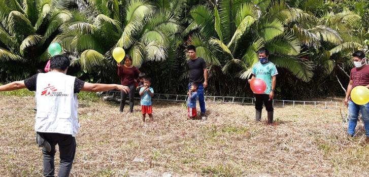 Nuestro psicólogo está trabajando en grupos en la comunidad, utilizando técnicas para lidiar con el estrés causado por la pandemia de COVID-19. Chapiza, Río Santiago, Región Amazónica.