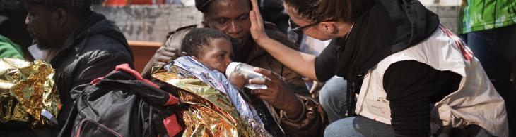 Migrantes procedentes de Libia fueron rescatados por un barco de MSF después de viajar durante tres días en un bote de madera en el Mediterráneo. ©Mattia Insolera