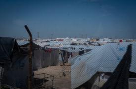 Se estima que 65.400 personas viven en el campamento de Al-Hol en Siria. Más del 90% de la población son mujeres y niños y dos tercios son menores de 18 años.