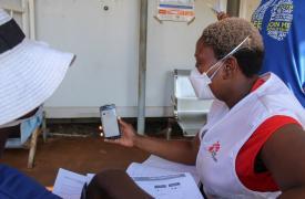 Una enfermera de Médicos Sin Fronteras dando una capacitación a una paciente con tuberculosis en Eswatini en medio de la pandemia de COVID-19. 05/05/2020