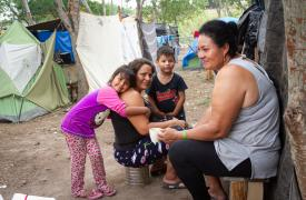 Mujeres con sus familias viven en el campamento de solicitantes de asilo en Matamoros, a la espera de una respuesta.