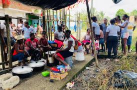 Las personas desplazadas que llegan a Roberto Payán se están alojando en albergues improvisados. No tienen garantizado el acceso a agua, alimentación y condiciones básicas de higiene y saneamiento.