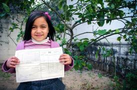 Asma Sekek tiene 6 años y medio. Se electrocutó en julio de 2017, cuando tropezó con una cacerola, y el agua hirviendo alcanzó un enchufe. La estamos tratando con fisioterapia y terapia ocupacional. Ahora, Asma ha aprendido a escribir con su mano izquierd