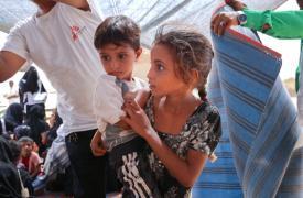Tras huir de sus hogares, los desplazados viven en circunstancias muy difíciles y carecen de recursos esenciales como alimentos, agua potable o infraestructuras de saneamiento básico.