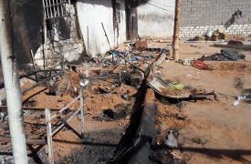 En el incendio en el centro de detención de Dhar el Jebe, Libia, un hombre solicitante de asilo perdió trágicamente la vida al quedar atrapado en las llamas mientras dormía.