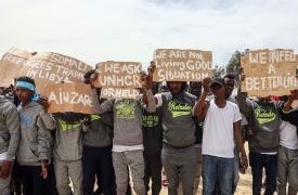 Migrantes y refugiados detenidos en Libia