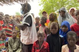 Parte del staff médico de MSF brindando actividades de promoción de la salud a los habitantes del barrio Umba, en el distrito de Konni (Tahoua). Níger, septiembre de 2021.