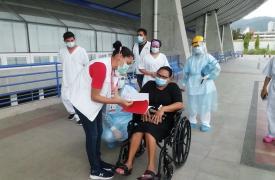 Entregamos un kit de salud mental de aislamiento domiciliario a nuestra paciente, luego de ser dada de alta del centro de atención COVID-19 en Tegucigalpa, Honduras.