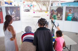 """Personas migrantes varadas en la """"Plaza de la República"""" en Reynosa, Tamaulipas, México. Abril de 2021"""